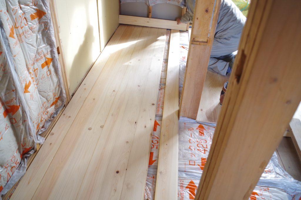 古民家改装DIYで床板を貼る